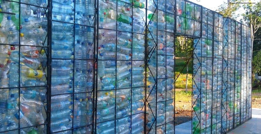 Plastic Bottle Village: Das Dorf aus recycelten Plastikflaschen
