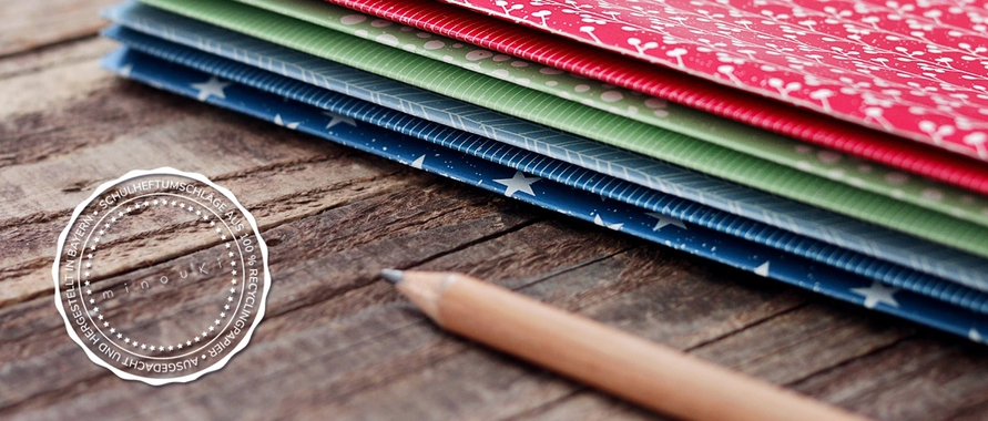 Schulhefte in schön gestalteten Papierumschlägen