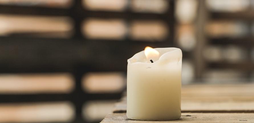 Advent, Advent eine Rapswachs-Kerze von PURE Candle brennt